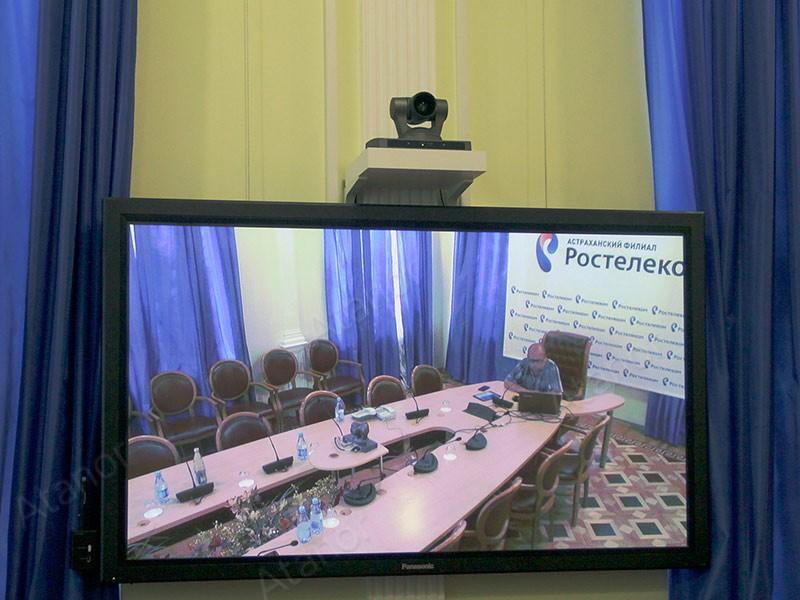 Профессиональная LCD панель и камера для видеоконференцсвязи в конференц-зале Ростелекома
