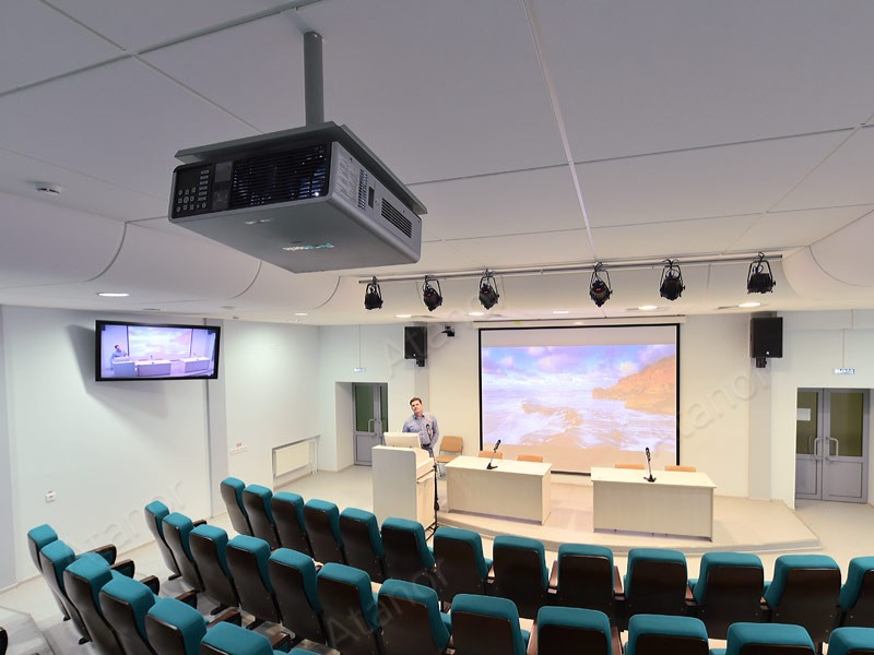 Проектор в актовом зале Удмуртского ГУ