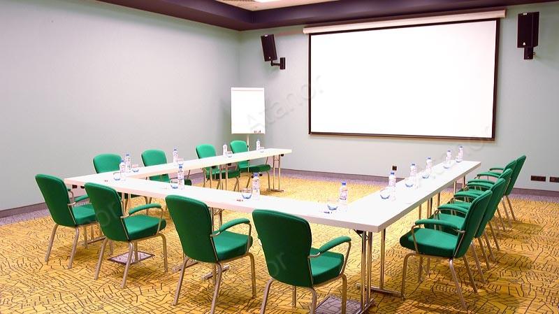 Проекционный экран в переговорной комнате гостиницы Park Inn by Radisson