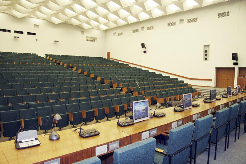Зал, где установлена система синхронного перевода